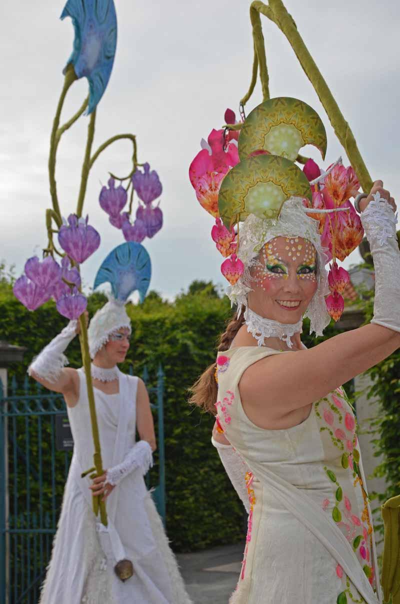 Weisse Stelzenläufer mit Blumen und Edelstein-Motiven