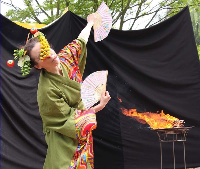 Walking Act Clown-Geisha Pantao, Bad Pyrmont, Fächertanz.