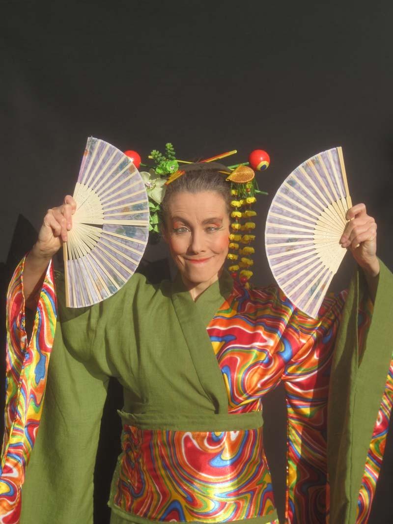Clown-Geisha Pantao, Fächertanz, Pantomime, Musikanimation.