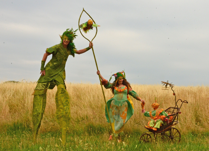 Stelzenläufer Waldelf und Kürbisfrau, Samengeschenk an das Publikum
