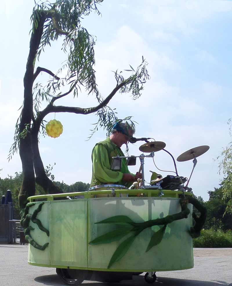 mobile Percussion mit Bäumen.