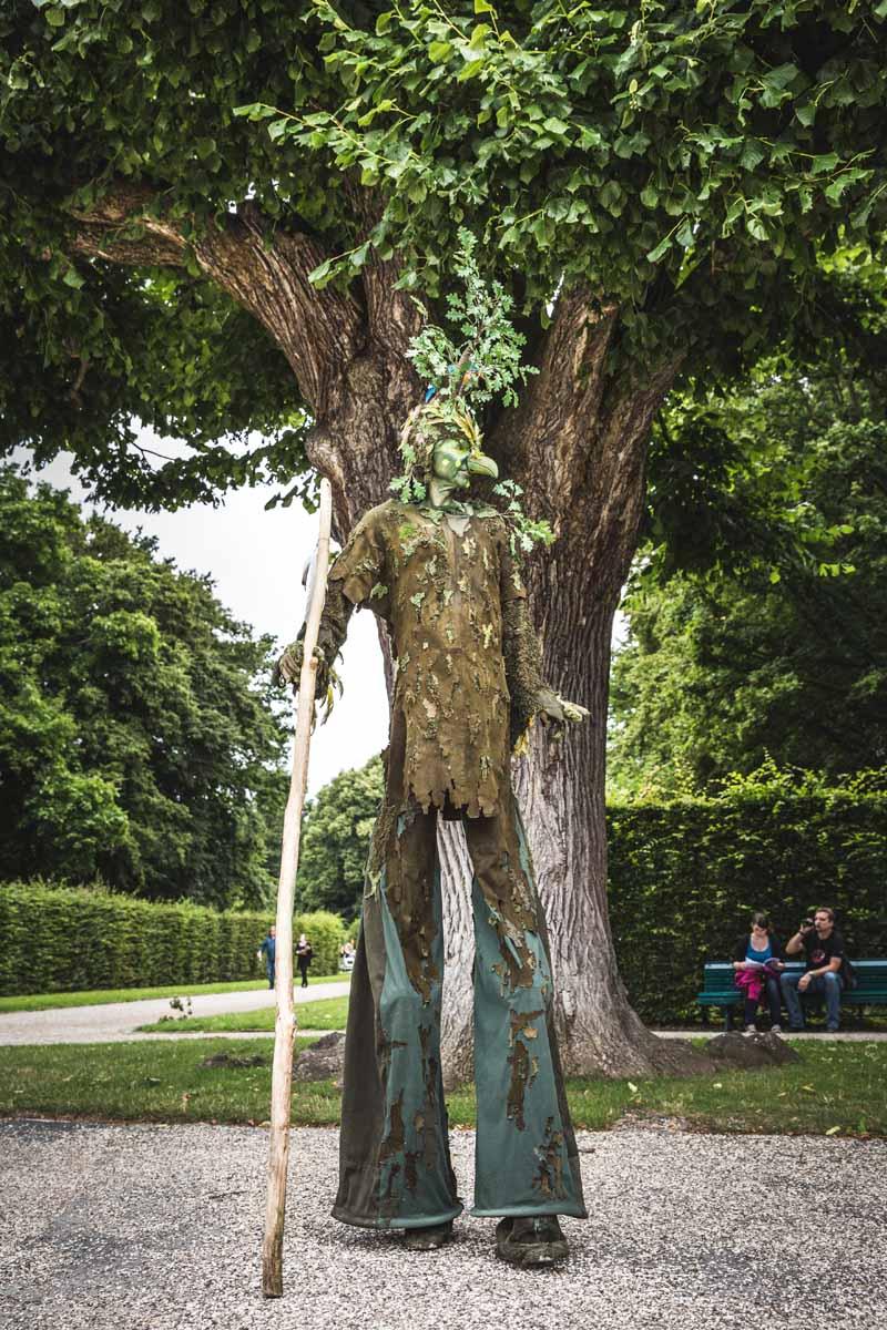 Walking Act Vogel-Baum beim kleinen Fest im großen Garten.