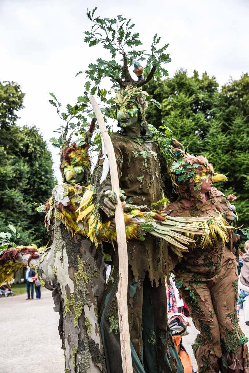 Vogel-Baum Trio, Stelzenläufer, kleines Fest im großen Garten, Hannover.