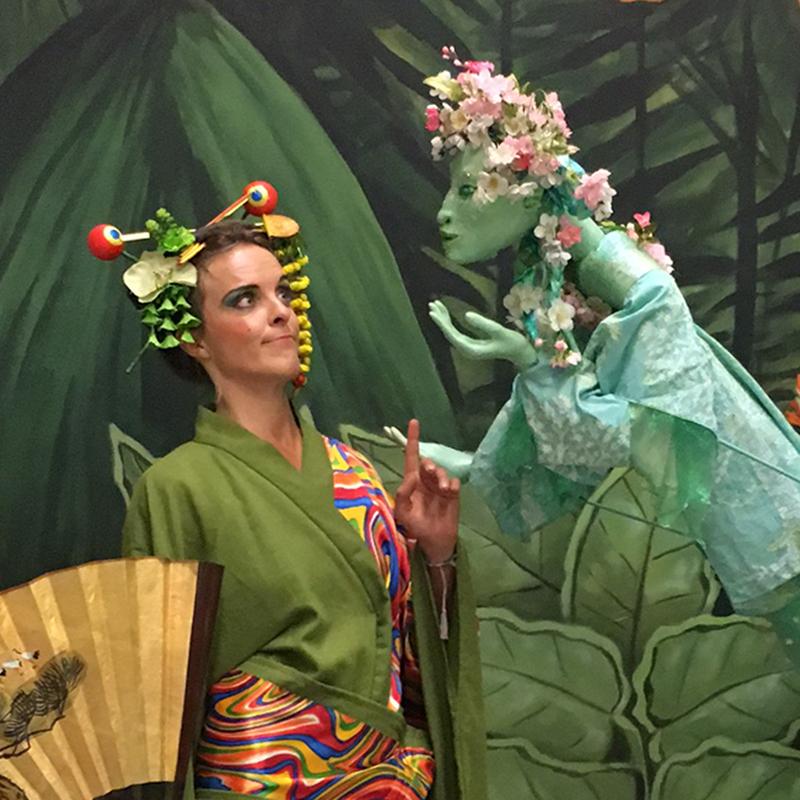 Pantao Clown-Geisha und Blütenfee, botanische Nacht Berlin, Walking Act