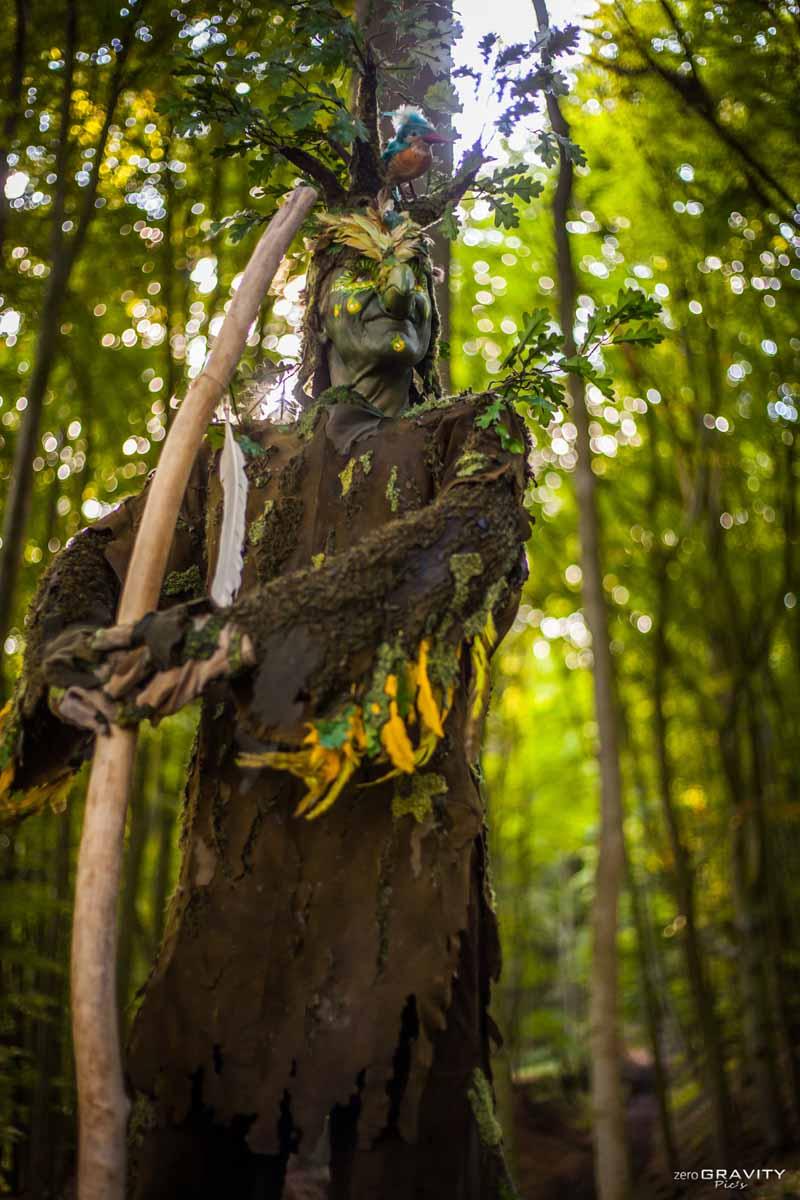 Stelzenläufer im Wald, Walking Act Vogel und Baum.