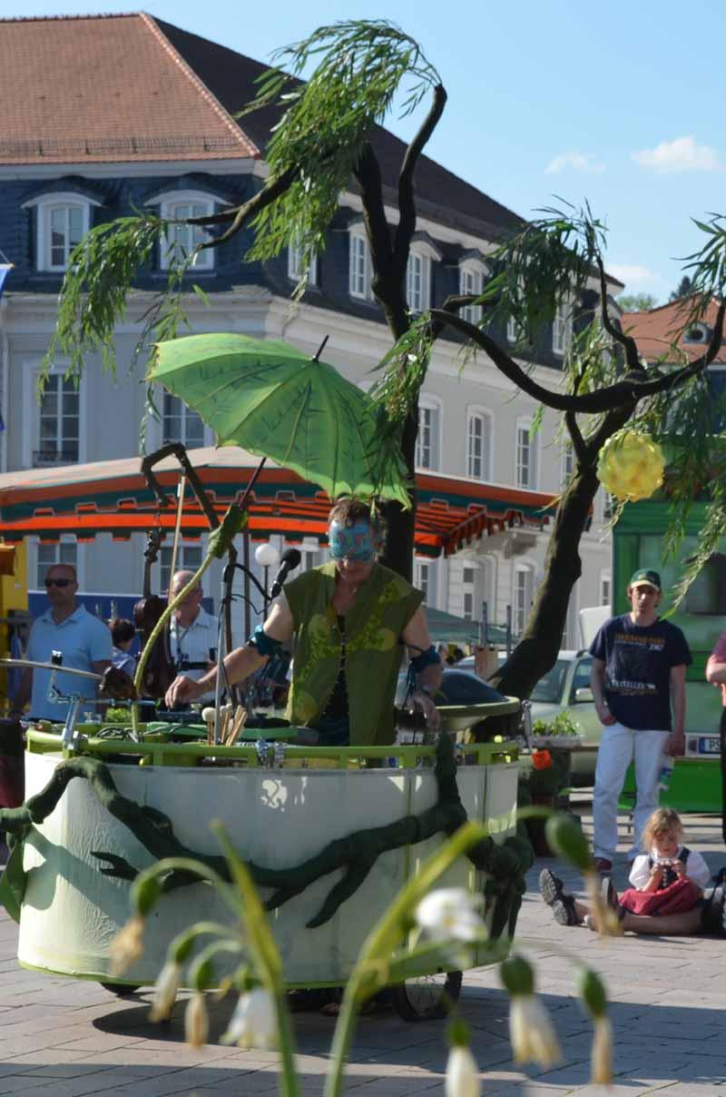 Theaterfestval, Livemusiker mit Musik-Fahrzeug.