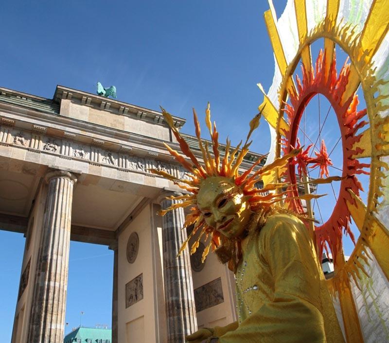 Stelzen Walkact Sonne, Brandenburger Tor Berlin, Pantao