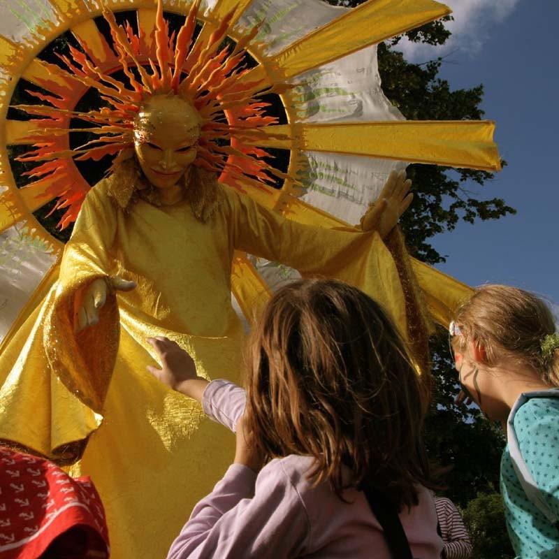 Stelzenläufer Sonne Spiellinie Kiel, Sommerfest, KInderfest