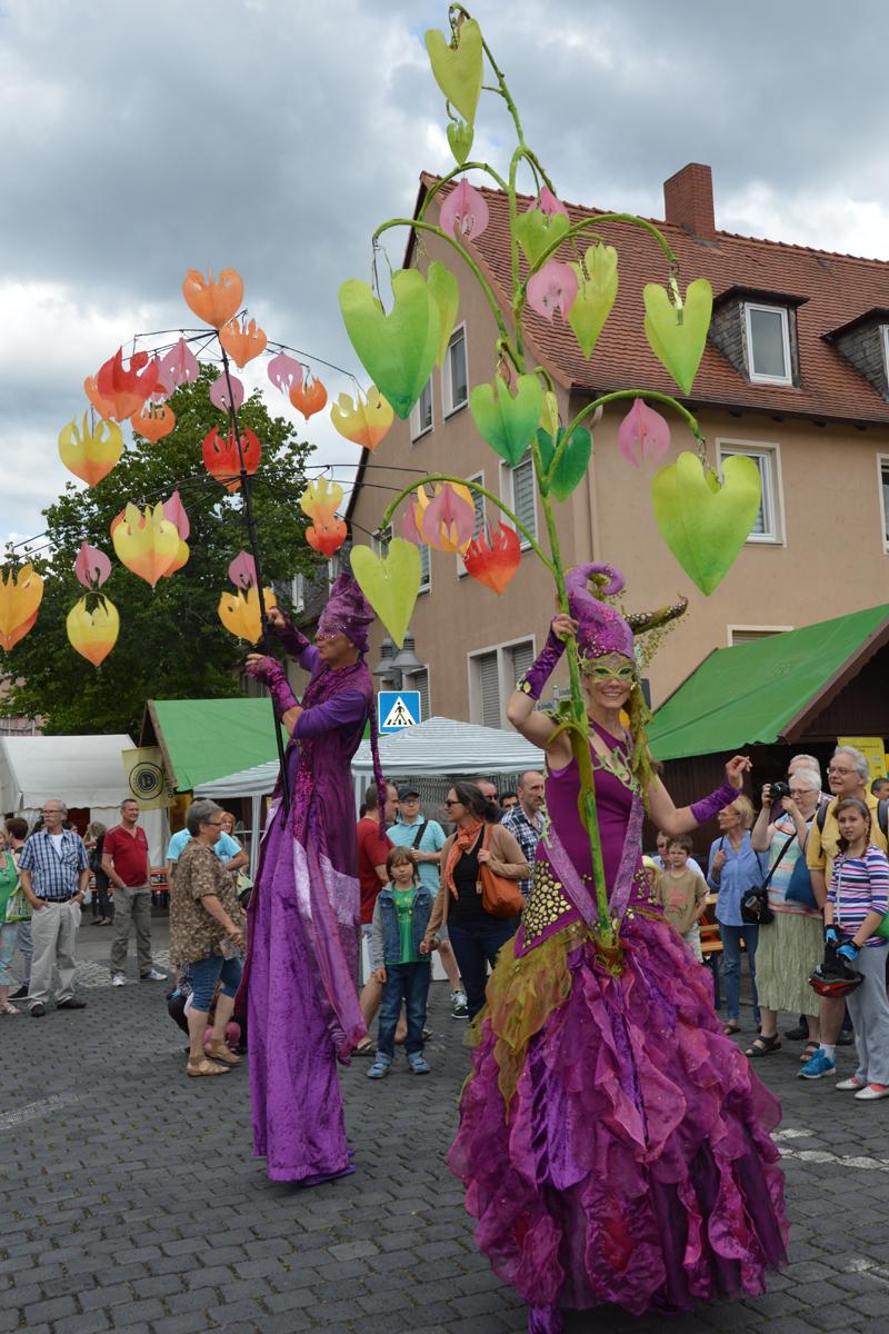 Stelzenläufer mit Lichtkostüm, Lamboyfest in Hanau