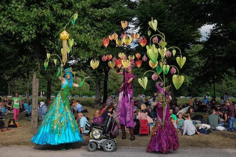 Kleines Fest im großen Garten, Lichtkostüme, Stelzenläufer mit Licht