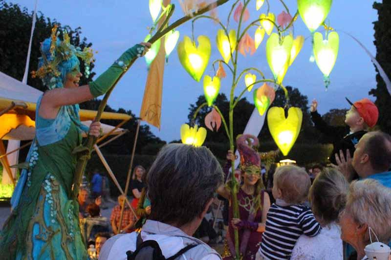 Stelzenläufer mit Traumlichtbaum, Lichtobjekt bei den Moccamakers