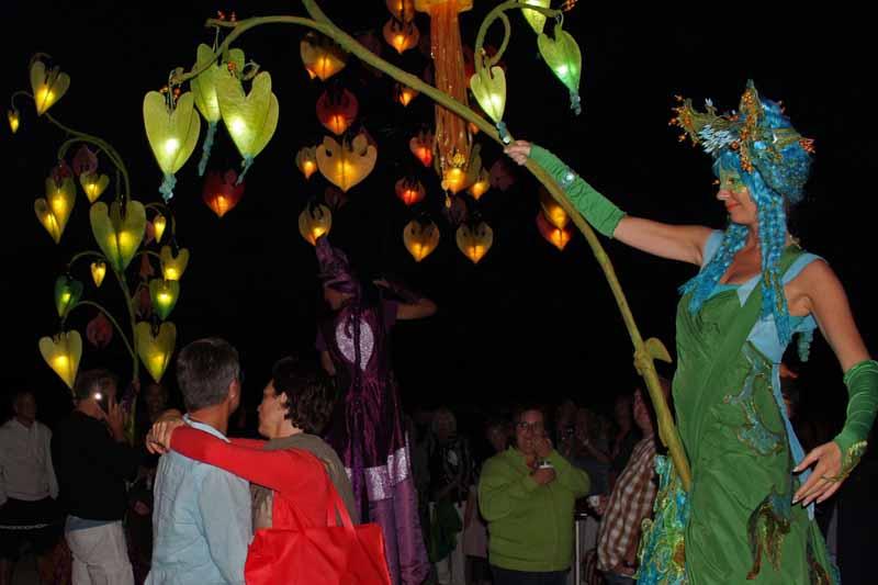 Romantischer Stelzenlauf mit Lichtfee, Sommernachtsfest, Lichterfest