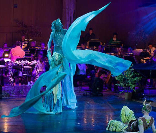 Wasserfrau Pantao, Stelzentanz mit Fahnen, Circus meets Classic, Gasteig München