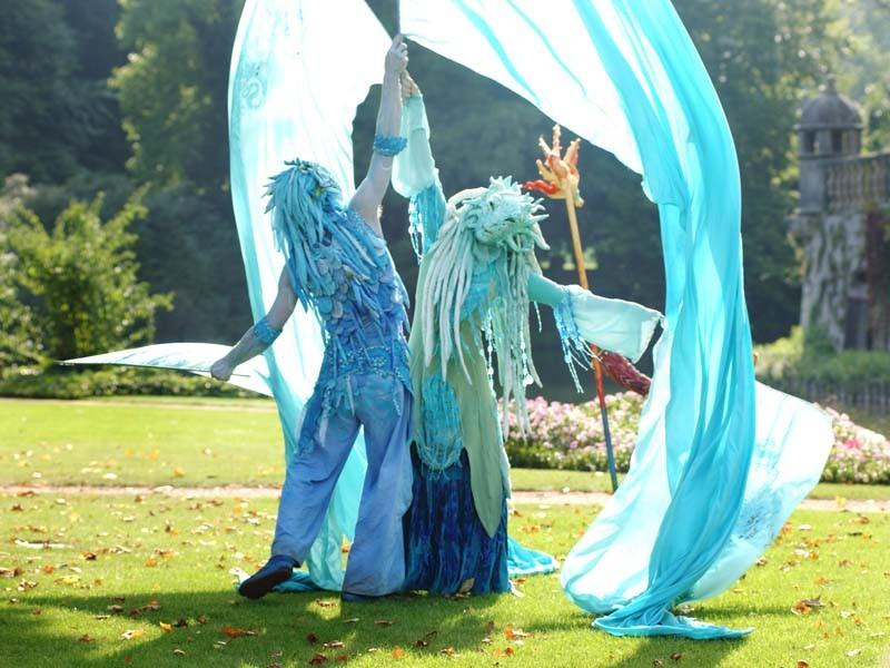Wassermann und Wasserfrau Pantao Wasser Tanz Fahenen Choreographie
